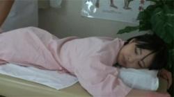 【マッサージ盗撮動画】抜き顔のお姉さんが整体男の魔の手にかかり股を開いて手マン昇天!の画像
