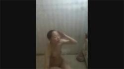 【風呂盗撮動画】大学女子寮で洗体してる女子大生を隠し撮り…貧乳おっぱいが生々しくて興奮した!の画像