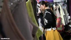 【試着室盗撮動画】清楚な女性がセクシー下着から清楚下着に変わる様子をローアングルから隠し撮り!の画像