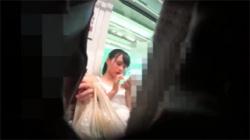 【逆さ撮り盗撮動画】電車に乗ってたロリ顔女の子の白色下着を背後からローアングル撮影!の画像