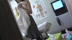 【整体治療院盗撮動画】ピュアな一般女性に悪質なマッサージ行為…イカされてエロスイッチが入り自らチンポ挿入!の画像