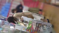 【素人逆さ撮り盗撮動画】書店で立ち読みしてるロングスカートの激カワ女子大生のパンツを執念で撮影した!の画像