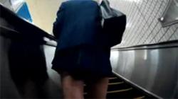 【JKスカート捲り盗撮動画】まさかの連日の隠し撮り!同一人物の日替わりおパンツ頂きます!の画像