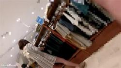 【アパレル店員盗撮動画】ボーダーワンピース着てる可愛らしい店員のパンチラや胸チラをカメラに収めた!の画像