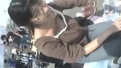 【胸チラ盗撮動画】フリマの販売中で無警戒になった女子大生たちのオッパイや乳首を凝視するアングル!の画像