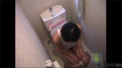 【家庭内盗撮動画】自宅トイレで妹の放尿と自慰を兄が隠し撮り…スケベな格好でオマンコを弄る姿にフル勃起確実wwwの画像
