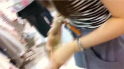 【店員胸チラ盗撮動画】女子アナウンサー顔のお姉さんのふっくらおっぱいを見たくて隠しカメラのスイッチオン!の画像