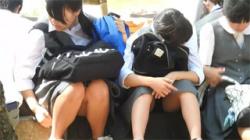 【JCパンチラ盗撮動画】噴水広場で友達と談笑する美少女のパンツを対面撮影…削除される前に確認すべし!の画像