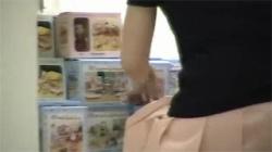 【パンチラ盗撮動画】生理中のお姉さんが屈んだ隙に隠し撮り!パンツからはみ出るマン毛たち!の画像