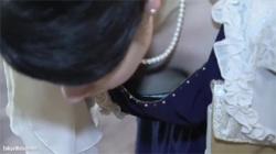 【胸チラ盗撮動画】ドレスから見る胸の谷間の破壊力は超抜群!結婚式場で繰り広げられた盗撮劇場!の画像