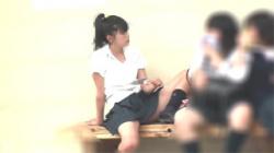 【JKパンチラ盗撮動画】ポニテ女子校生の下着が丸見え…これはお行儀悪すぎだろwwwの画像