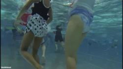 【プール盗撮動画】ビキニ水着姿のギャルやママさん達の無防備なお尻を水中でじっくり観察!の画像