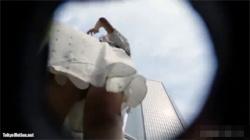 【逆さ撮り盗撮動画】モデル系の清楚な女子大生のワンピースが風に煽られてパンツとお腹が丸見え!の画像