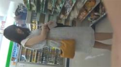 【逆さ撮り盗撮動画】コンビニ店内で白ワンピースのお嬢さんの清楚なパンツを拝めてテンション上がる!の画像