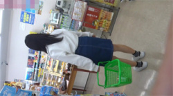 【JK逆さ撮り盗撮動画】コンビニでお母さんと買い物中の私服女子校生のパンチラ…縞々パンツがいいね!の画像