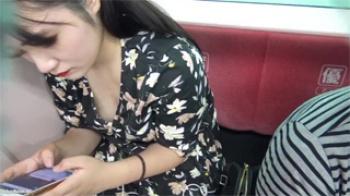 【胸チラ盗撮動画】電車の中で胸元がユルい黒髪美人女性の乳首ポロリを接写撮りしたったwwwの画像