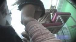 【JKパンチラ盗撮動画】プリクラに夢中になっている間にスカートの中身を録画された女子校生たち!の画像