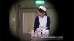 【病院盗撮動画】ノーパン状態になり患者の前でお仕事を始める露出狂看護婦を隠し撮り!の画像