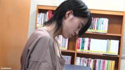 【胸チラ盗撮動画】図書室で網タイツ履いた美脚お姉さんを発見…読書中にバレないように胸元を隠し撮り!の画像
