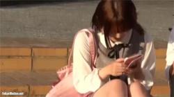 【パンチラ盗撮動画】公園の階段に座ってる乃木坂46にいそうな女子大生のパンツを接写撮影!の画像