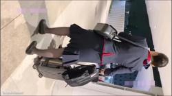 【CA逆さ撮り盗撮動画】お仕事お疲れ様です!移動中の隙をつき接近するや隠し撮りしてパンチラを狙う!の画像