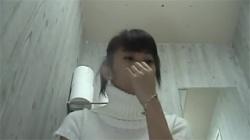 【トイレ盗撮動画】クールなスリムお姉さんが超アップでアソコを隠し撮りされ放尿シーンがバッチリ!の画像