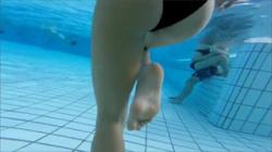 【プール盗撮動画】黒ビキニ水着の素人娘を防水カメラで狙う…股間とお尻をドアップで撮影!の画像