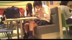 【JKパンチラ盗撮動画】学校帰りに友達とフードコートで休憩していた女子校生が隠し撮りの被害に遭う!の画像