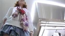 【アパレル店員逆さ撮り盗撮動画】滅茶苦茶綺麗なお姉さんのスベスベ太ももと可愛い下着をご堪能あれ!の画像
