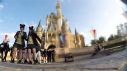 【JK逆さ撮り盗撮動画】テンション上がりっぱなしの夢の国で隠し撮りし放題で歓喜な世界!の画像