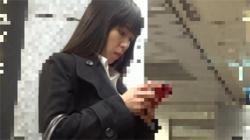 【OL痴漢盗撮動画】仕事帰りに疲れているのに強制手マンで元気よく愛液を生産する美人OL!の画像