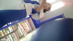 【店員逆さ撮り盗撮動画】化粧品売り場で働くお姉さん…ガードルのボタンが外れて色白パンツがハミ出す!の画像