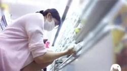【ナース逆さ撮り盗撮動画】看護師のスカートの中はTフロントで陰毛がハミ出しまくりだったwwwの画像