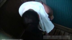 【海の家盗撮動画】簡易シャワーは絶好の隠し撮りポイント!日焼けの後がしっかり見えて着替える姿を覗きみよう!の画像
