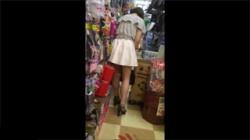 【素人パンチラ盗撮動画】ミニスカお姉さんの生足&パンツを拝むために距離感を図る盗撮魔!の画像
