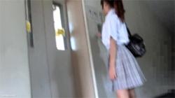 【JK痴漢盗撮動画】自宅マンションのエレベーターで下半身を悪戯されてオマンコを濡らす女子校生!の画像