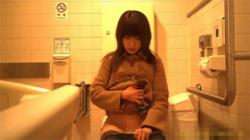 【トイレ盗撮動画】この手際の良さは素晴らしい!ささっと放尿し紙でふき取りさっと立ち去るお姉さん!の画像