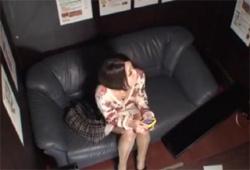【素人オナニー盗撮動画】ネットカフェで美スタイルのお姉さんが大きな声を出して自慰行為!の画像