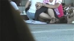 【座りパンチラ盗撮動画】黙ってズボンで来れば隠し撮りされなかったパンツを見られちゃったお姉さんたち!の画像