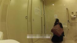 【JKトイレ着替え盗撮動画】女子校生が遊びに行くために個室で制服から私服に着替える!結果隠し撮りされちゃいましたけどwの画像