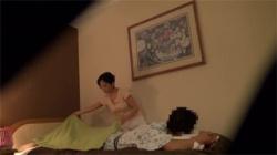 【マッサージ盗撮動画】人妻の巨乳整体師がやって来て男性は性欲を抑えることが出来なった!の画像