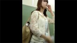 【スカート捲り盗撮動画】清楚そうな女子大生の肌色パンスト越しパンティーを強制的に覗いた!の画像