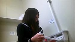 【JKトイレ盗撮動画】学校の便所に侵入して清楚そうな女子校生のオシッコ姿を覗き見した!の画像