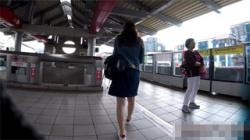 【台湾パンチラ盗撮動画】20代半ばくらいの激カワ美女を執拗に追いかけながらパンティーを撮影している!の画像