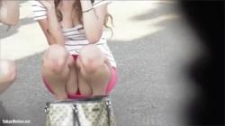 【しゃがみパンチラ盗撮動画】激カワなビッチギャルのミニスカから見えるパンツが超エロくて堪らんぞ!の画像