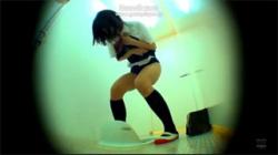 【JKトイレ盗撮動画】おしっこ漏れちゃう!女子校生がブルマを脱ぐのが間に合わずに大量放尿!の画像