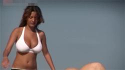 【海外ビーチ盗撮動画】白ビキニ水着の巨乳外国人が乳輪ポロリ…決定的瞬間を見逃さないwwwの画像