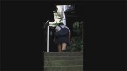 【JK野ション盗撮動画】初めての野外オシッコで隠し撮りされていたことに気づき顔面蒼白な女子校生!の画像