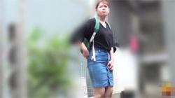 【野ション盗撮動画】誰かと待ち合わせ中のデニススカート履いた女性が大量お漏らしするwwwの画像