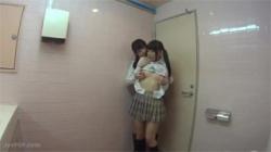 【JKレズ盗撮動画】トイレを隠し撮りしてたら女子校生たちが股を開きクチョクチョさせちゃってたwの画像